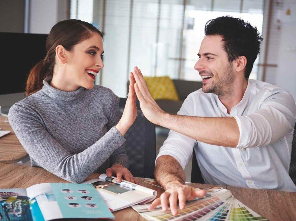 Web招待状と紙の招待状は、それぞれメリットとデメリットがありますので、渡す相手に合わせて両方を使い分けるのがおすすめです。
