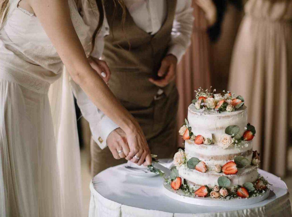 結婚式当日は1人で参列するゲストに新郎新婦から声掛けを
