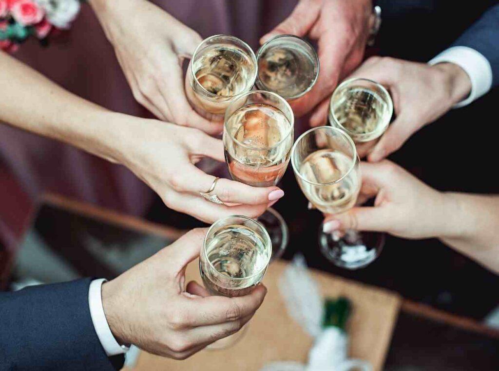 結婚式に1人で参列するゲストへの配慮の為、事前に同じテーブルのゲストを伝える