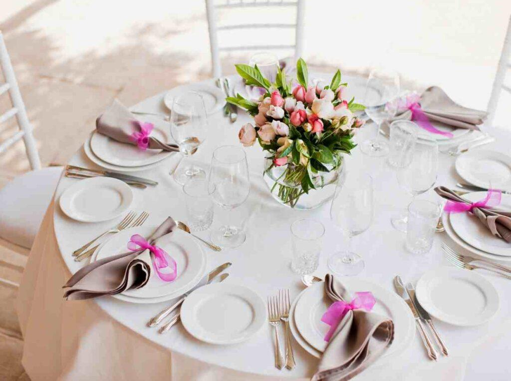 結婚式に1人で参列するゲストへの配慮として同じテーブルのゲストに事前に伝える