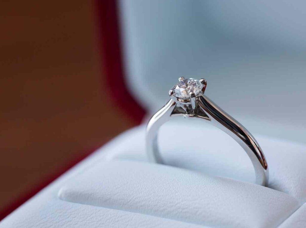 プロポーズの時婚約指輪なしでもいいの?自分で選びたい彼女も。